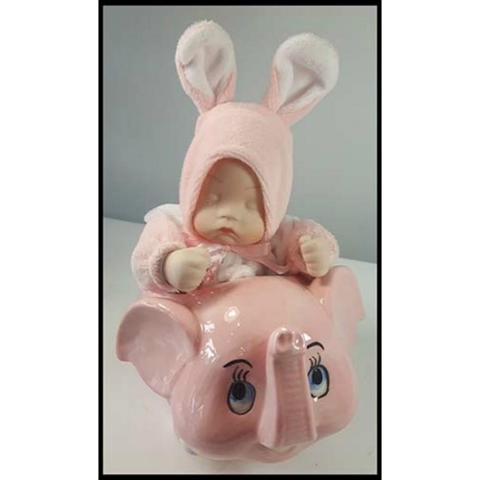 Bébé fille en porcelaine sur éléphant musical