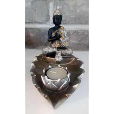 Bouddha thaï avec bougie sur feuille