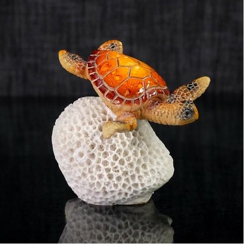 Tortue orange en résine sur corail