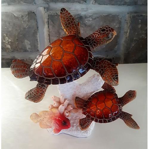Tortues maman et son petit bébé sur corail